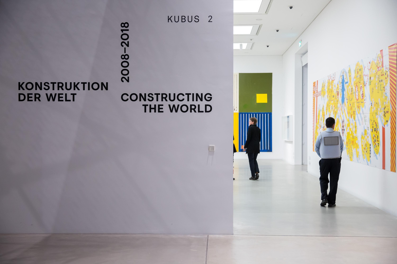 """""""Konstruktion der Welt. Kunst und Ökonomie"""" – Blick in die Ausstellungsräume, Foto: Kunsthalle Mannheim/ Maria Schumann"""