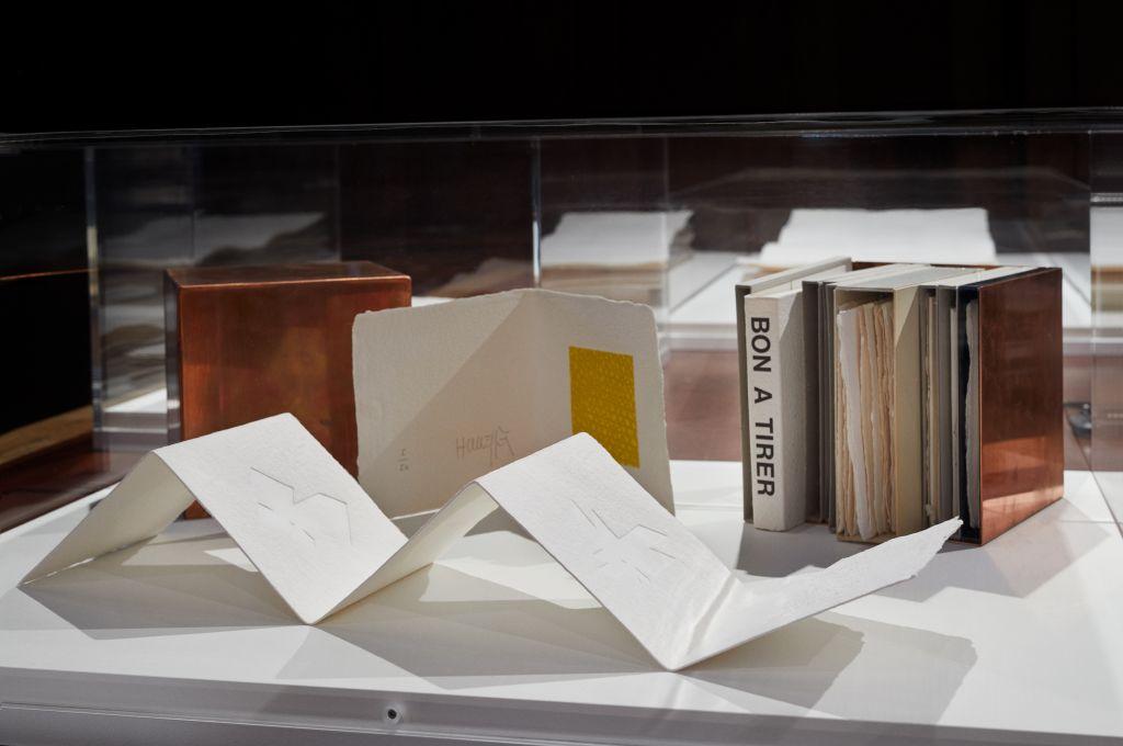 """Vitrine in der Ausstellung """"Drucken ohne Farbe – Graphische Experimente ab 1960"""", Foto: Kunsthalle Mannheim / Diehl"""