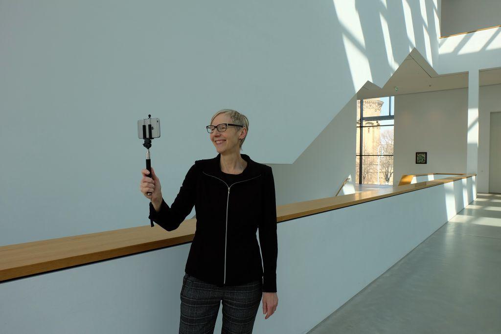 Dr. Dorothee Höfert führt durch den Landschaftsraum in der Kunsthalle Mannheim