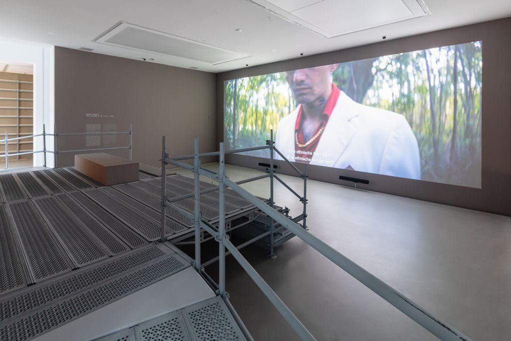 """Masar Sohail, The Republic of T.M., 2016, HD Video, 15'00 © VG Bild-Kunst, Bonn 2020,  Ansicht der Ausstellung """"Umbruch"""", Foto: Kunsthalle Mannheim/ Rainer Diehl"""
