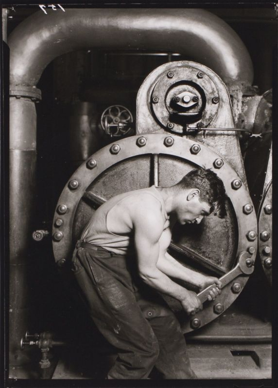 Lewis Wickes Hine, Powerhouse Mechanic, 1921, silver gelatin print, 25,1 x 20,3 cm. Harvard Art Museum/ Fogg Museum, Transfer from the Carpenter Center for Visual Arts. Foto: Imaging Department © President and Fellows of Harvard College