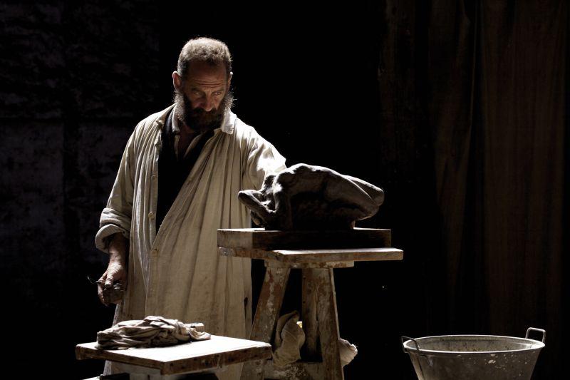 """Filmstill aus """"Auguste Rodin"""" zeigt den Künstler, gespielt von Vincent Lindon, bei seiner Arbeit, Foto: Cinema Quadrat Mannheim"""