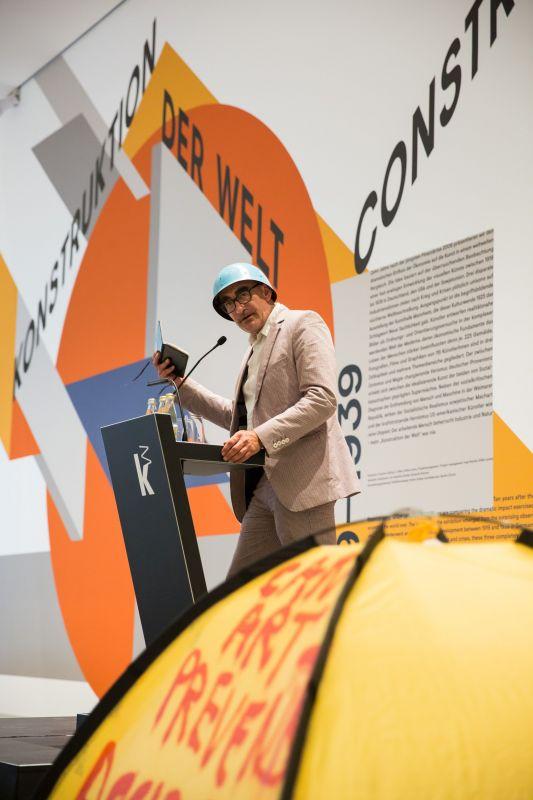 """Thierry Geoffroy als """"Colonel"""" bei der Eröffnung der neuen Ausstellung """"Konstruktion der Welt. Kunst und Ökonomie"""" Foto: Kunsthalle Mannheim/ Maria Schumann"""
